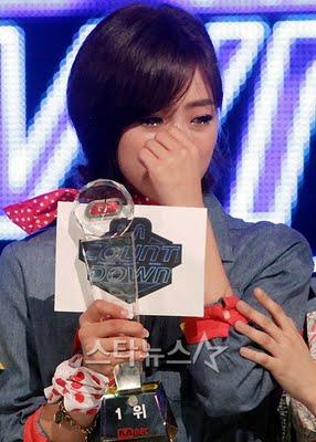 MC Eunjung khóc khi T-ara được vị trí đầu tiên.